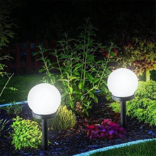Przykładowa aranżacja solarnych lamp ogrodowych